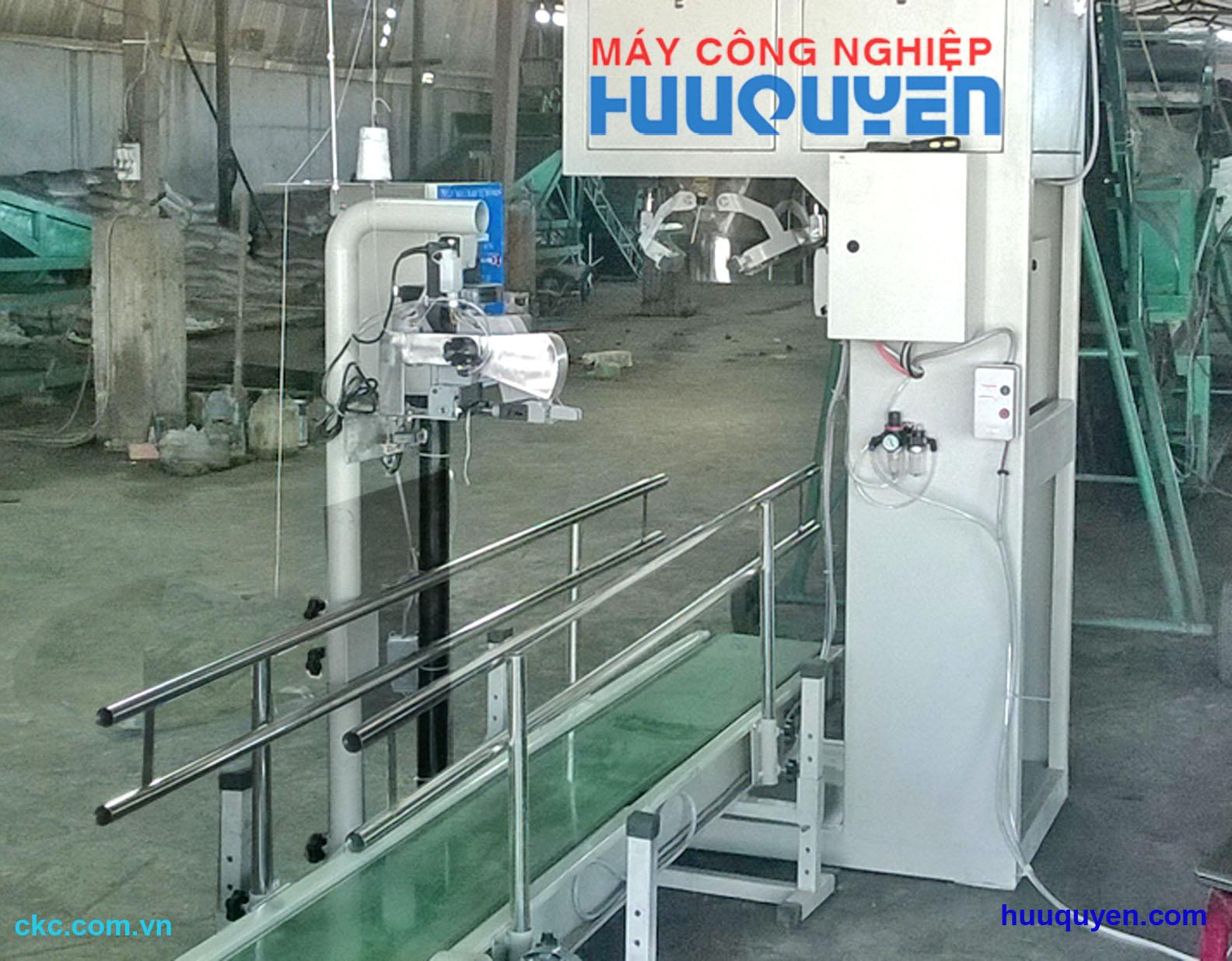 Trụ máy khâu bao cầm tay trong nhà máy phân bón